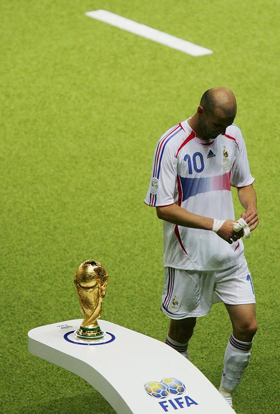 2006年7月9日,世界杯决赛上,齐达内被红牌罚下,与大力神杯擦肩而过。