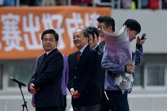 2015年5月17日,钻石联赛上海站比赛结束后,现场举行了刘翔的退役仪式。刘翔发表演讲后,转身擦去眼泪
