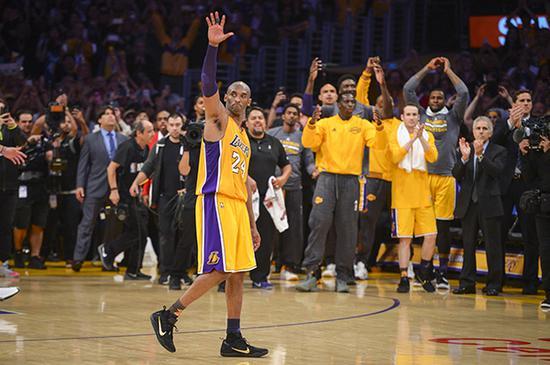 2016年4月14日,洛杉矶湖人队主场迎战犹他爵士队——科比NBA生涯的告别赛,科比向观众挥手告别。