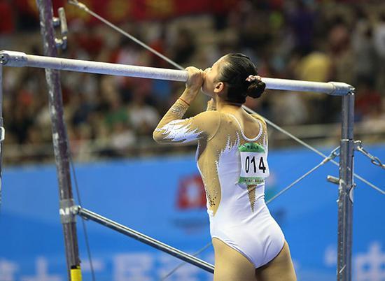 2013年9月7日,全运会何可欣只获得第5名。这是她退役前的最后一战,比赛结束后她再次走上赛场,亲吻高低杠。
