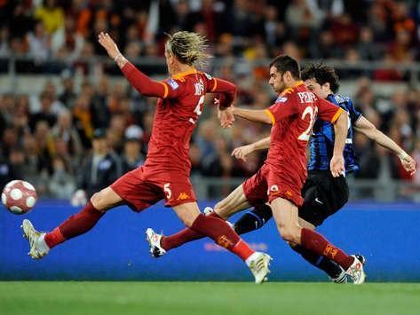 (图)米利托的进球帮助国米在2010年意大利杯决赛中击败罗马,图为米利托(右一)射门瞬间