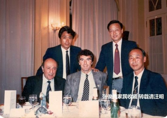 张俊秀带队也同不少足球强国交手。1986出访意大利,中国老门神张俊秀与意大利钢门佐夫相会。