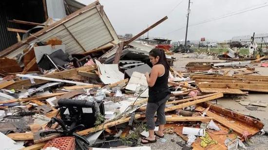 哈登去看望休斯敦灾民,承诺捐款100万美元。