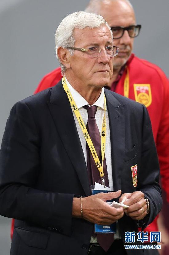 ↑中国队主教练里皮在场边观战。