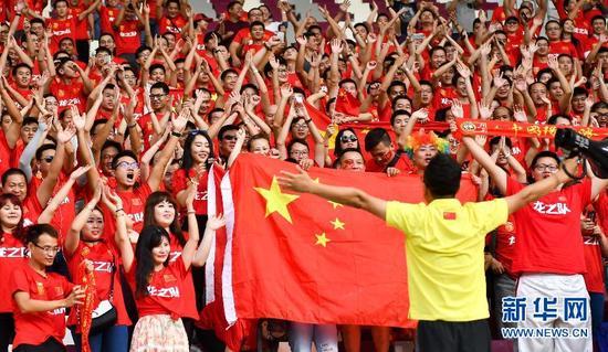 ↑9月5日,中国队球迷在现场为球队加油助威。