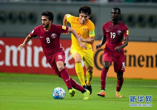 ↑中国队球员郑智(中)在比赛中拼抢。