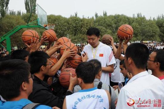 王治郅赴和田参与公益:希望更多孩子爱上篮球