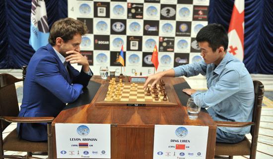 丁立人(右)与阿罗尼扬在比赛中  新华社发(塔穆娜摄)