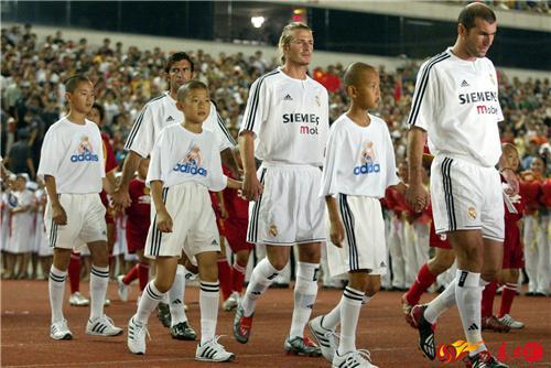 """2003年夏天,在工人体育场举行的""""龙马大战"""",创造了中国足球商业比赛的巅峰。"""