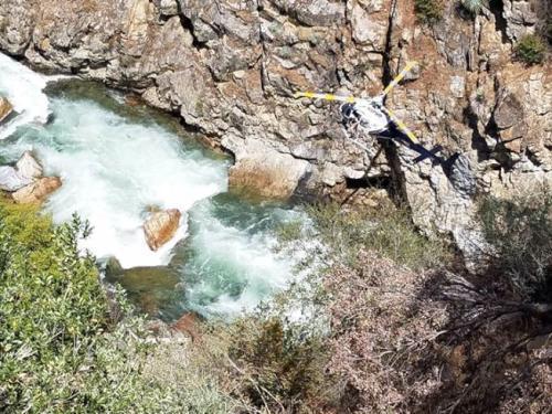 警方派出直升机在附近地区搜救。