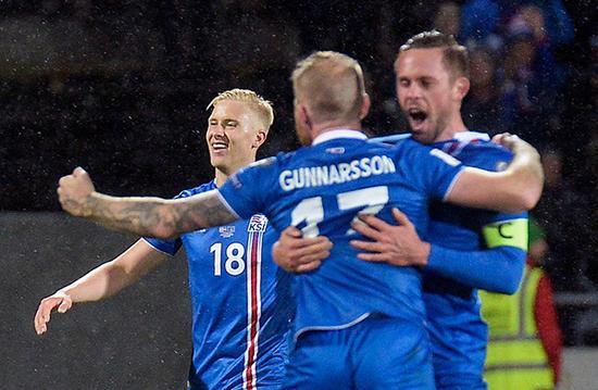 冰岛队球员庆祝胜利。视觉中国 图第一步,修建球场