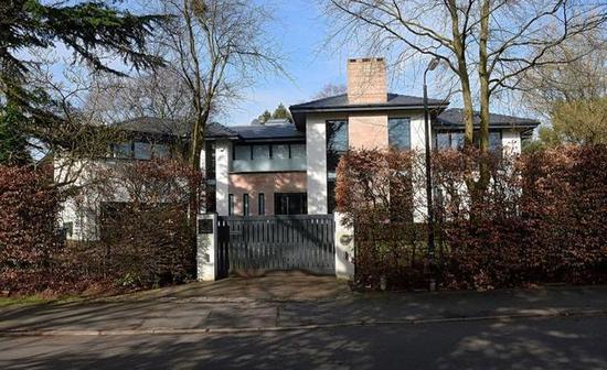 博格巴砍价60万,花290万买下了这座位于柴郡的豪宅,在装修时他暂时租房子住,里面有带加热功能的游泳池、桑拿和游戏室。