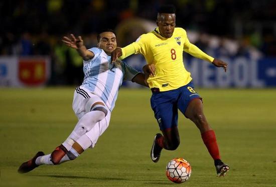 如果说桑保利已经解决了阿根廷前场不兼容的问题,那么后卫和后腰这两个位置如何搭配是世界杯开始前留给他的一道难题。