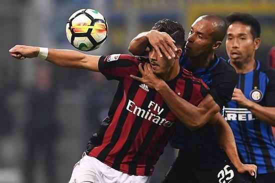 比赛第10分钟,一次二分之一球的机会,丹布罗西奥毫不退让,直接一个飞铲将球破坏。