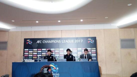 图说:浦和红钻将士出席赛前新闻发布会。