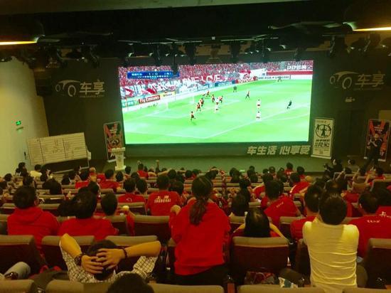 图说:10月18日,部分没能前往日本客场的上港球迷,在上港组织的10月星乐会活动——亚冠零距离中,隔空为主队加油呐喊。
