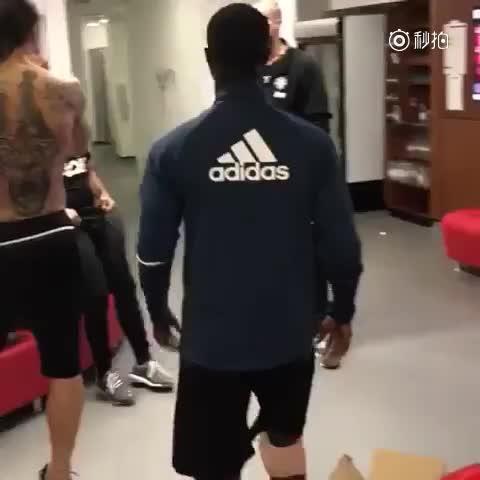 伊布在上赛季的欧联比赛中膝盖韧带撕裂,成功地进行了手术后,他有望在年内复出。