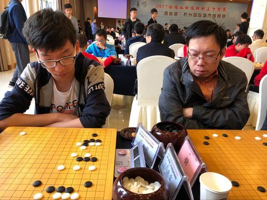 赵斐6段(左),冯毅6段(右)