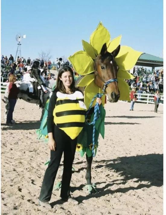 I am a sunflower, she is a bumble bee我是向日葵,她是小蜜蜂