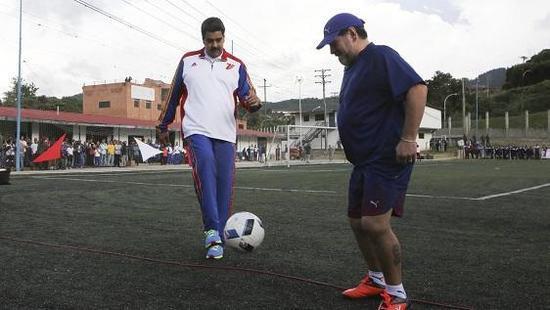 马杜罗总统和马拉多纳一起踢球