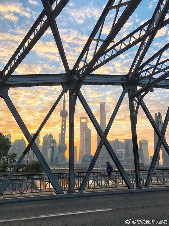 晨光中的外白渡桥