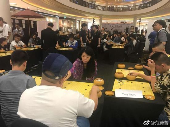 杨梓在泰国下考试指导棋