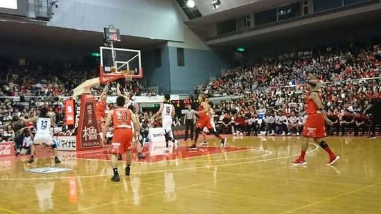 到赛场观看日本篮球联赛的榜首之争——千叶队VS东京队