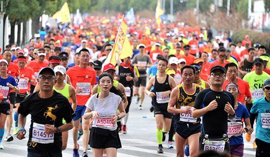 参加马拉松的跑者。视觉中国 图