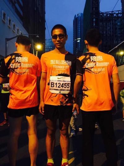 严伟与陪跑员出现在上海马拉松赛的现场。