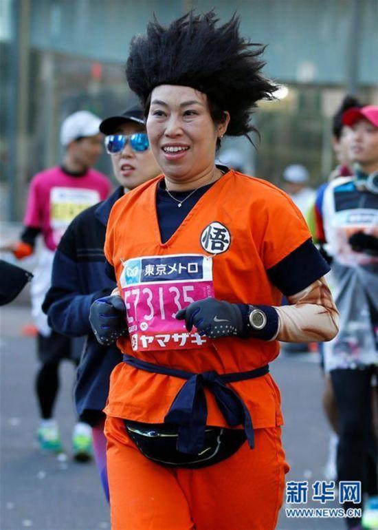 东京马拉松选手的Cosplay。 新华社 图