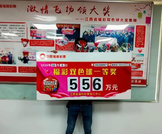 男子百元复式中双色球556万:看到奖号就很合眼-票