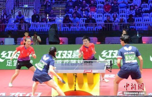 樊振东/丁宁(红)在比赛中。中新社记者 马元豪 摄
