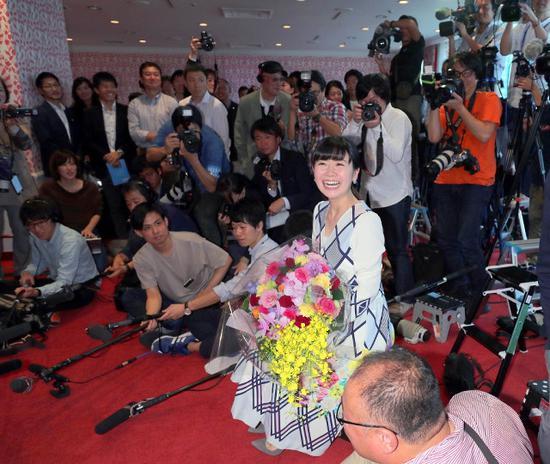 福原爱被媒体记者包围。