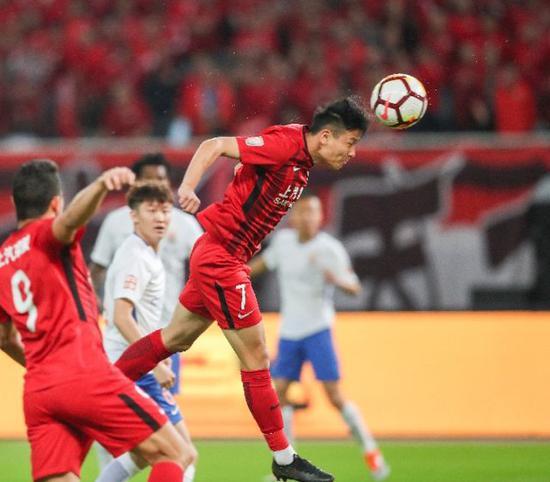 武磊(上)在比賽中頭球攻門。新華社記者丁汀攝