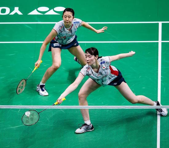 图说:羽球世锦赛女副,日本构成松本麻痹佑/永原和却那以2比1打败队友福岛由纪/广田彩花,夺冠军。