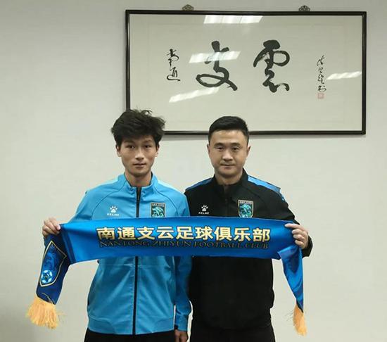 郑浩乾(左)被上海上港租借给了中甲南通支云。