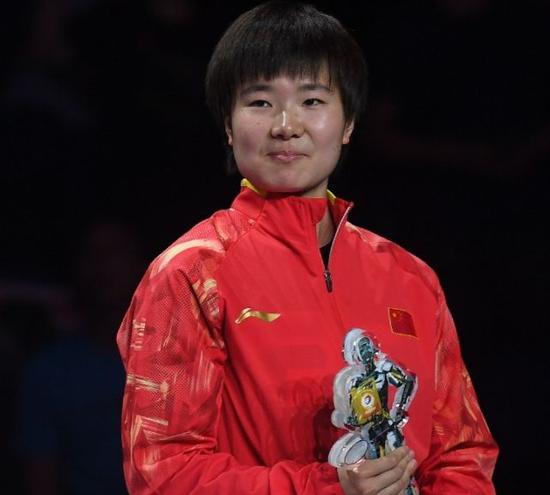 何冰娇在2018世界羽毛球锦标赛女单颁奖仪式上。新华社记者季春鹏摄