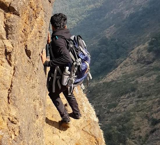 徒步装备_未戴安全装备!一男子仅半米宽悬崖峭壁边徒步