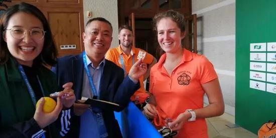 荷兰球员随球包携带荷兰特色的小礼品,赠送给观众、志愿者和媒体记者。