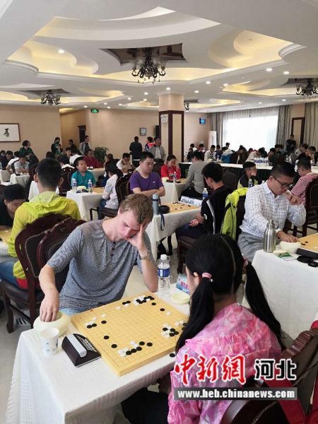 图为外国围棋爱好者参赛。高景山摄