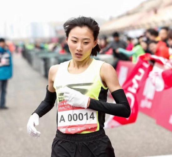 """图说:李芷萱被有的跑友粉丝们称作""""高颜值马拉松女神""""。"""