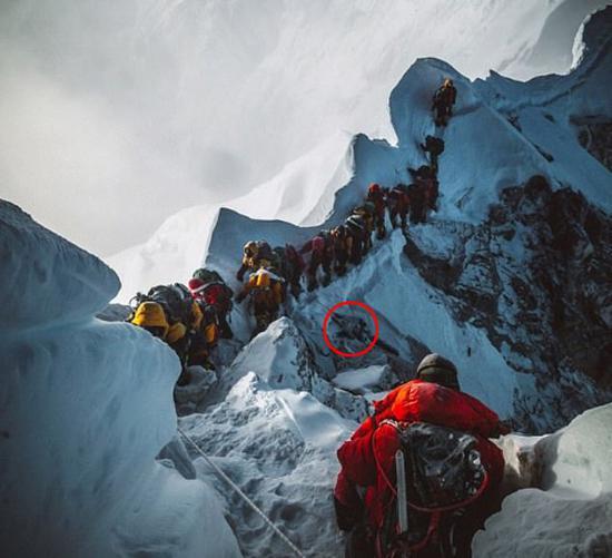 登山者的遗体就袒露在大多现时。