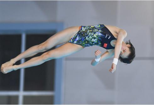 跳水选拔赛女子十米台激烈 陈芋汐力压张家齐夺冠