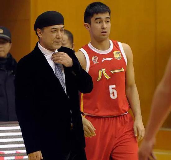 今年夏季,阿尔斯兰入选了中国男篮蓝队,这同样引发了质疑。