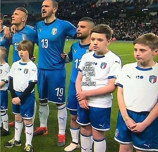 几年前,同埃因霍温的欧联杯比赛中,这位球童几乎可以遮挡住他的视线了。
