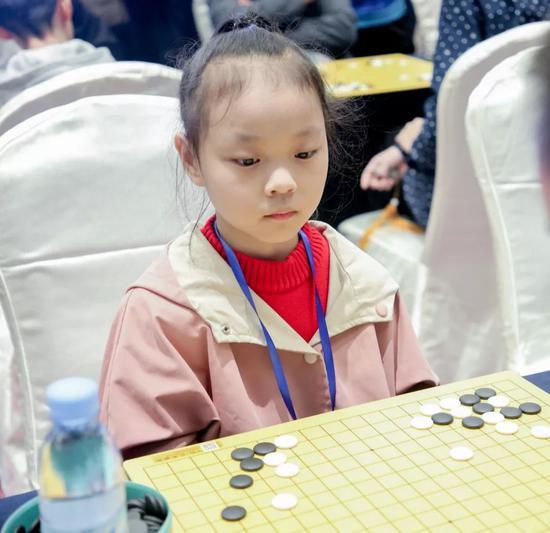 最小参赛选手刘子葭在比赛中