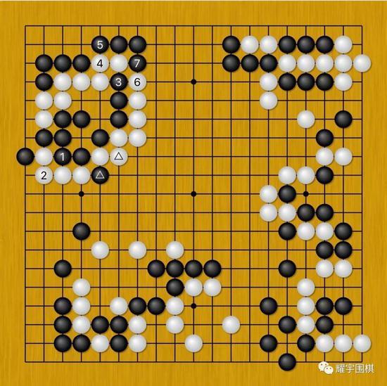 由于黑三角与白三角的交换,黑1就可先手打吃做个眼。