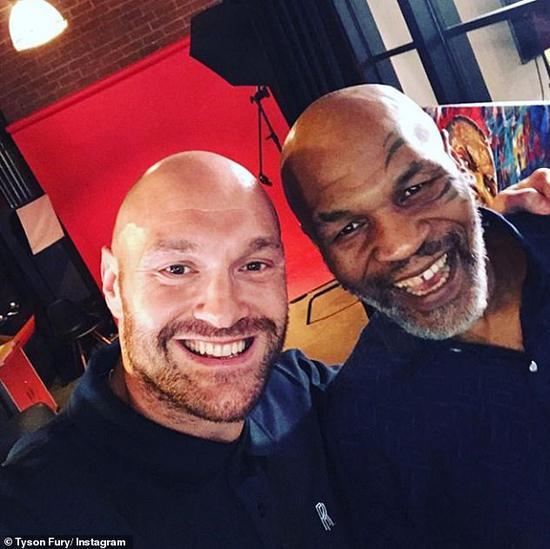 泰森和新晋重量级拳王富里合影。