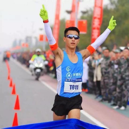 毛旭是土生土长的北京人,人们都称呼他小毛。8岁习武,18岁入伍。