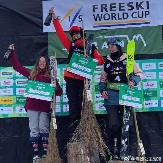 谷愛凌站上最高領獎臺。